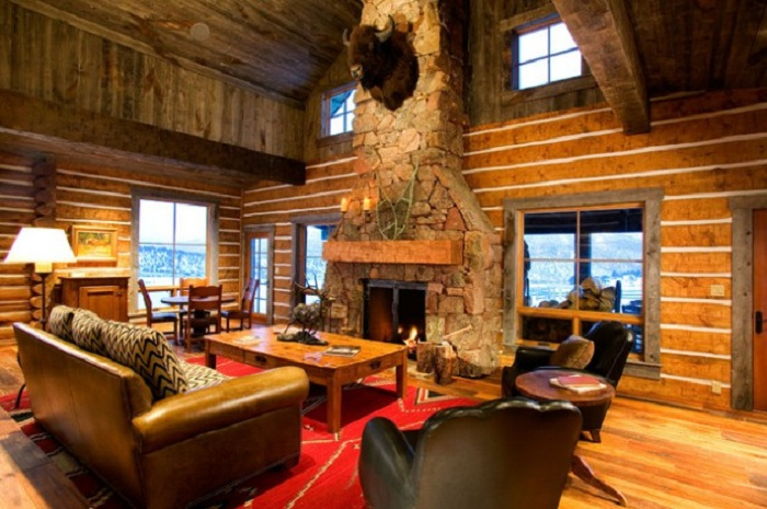 Прекрасная гостиная в загородном доме со светлыми окнами.