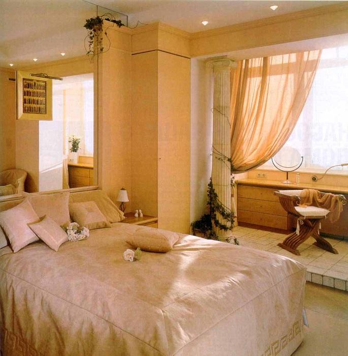 Нежные и теплые тона в оформлении спальни подчеркивают её домашнюю атмосферу.