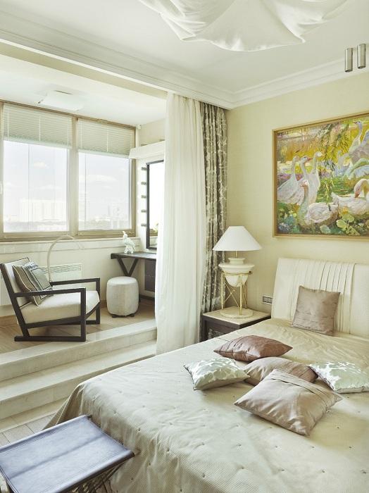 Пространство спальни расширено, что добавляет света в комнате.
