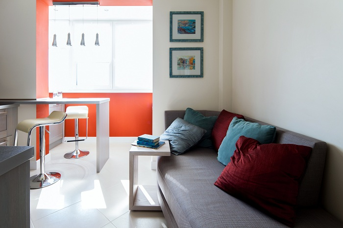 Прекрасная атмосфера в гостиной, в которой теперь много простора и света.