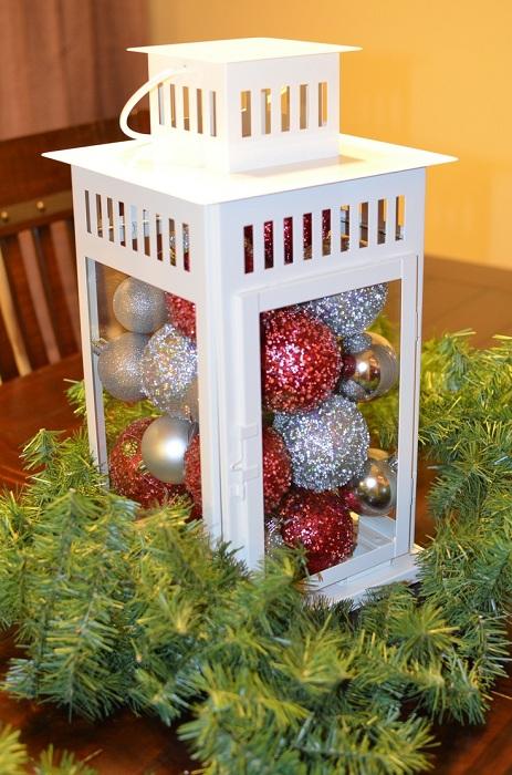 Интересное решение украсить интерьер с помощью фонаря с новогодними шарами внутри.