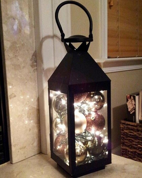 Прекрасный новогодний интерьер возможно создать благодаря декоративному фонарику.