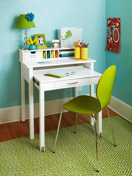 Просто прекрасный вариант оформления мини-офиса для дома, что станет яркой ноткой в интерьере.