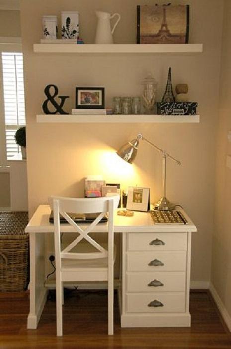 Оформление мини-офиса в светлых тонах позволит создать легкую и непринужденную обстановку.