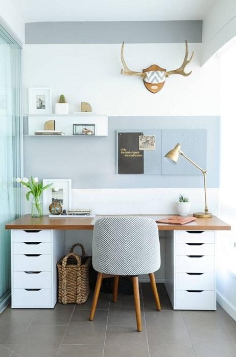 Оригинальный интерьер комнаты в нежно-голубых оттенках, что создаст обстановку для размышлений.