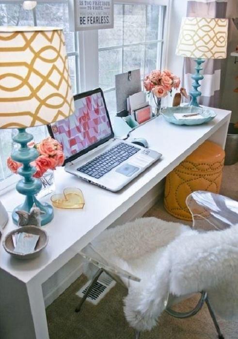 Красивый уголок для домашней работы, который точно понравится из-за оригинальной обстановки.