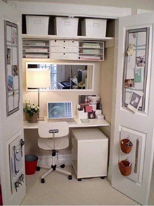 Отличный вариант для создания мини-офиса - это организация скрытого пространства за закрытой дверью.