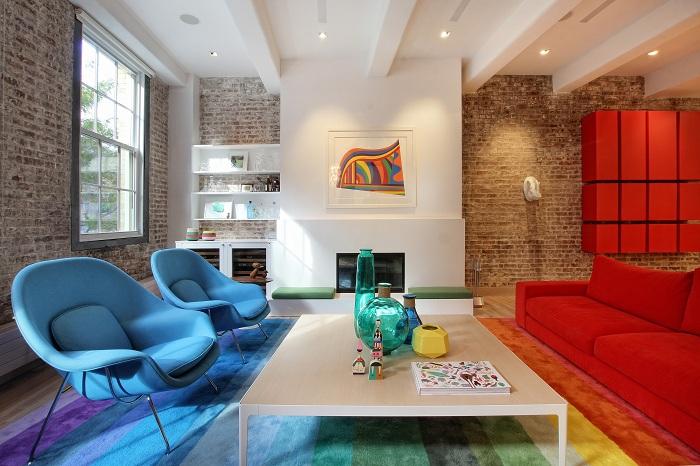 Яркая комната создана при помощи оригинального сочетания яркой мебели и ковра на полу.
