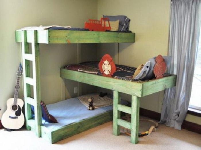 Хороший вариант декорирования кроватей в простом деревянном исполнении, что понравится точно.