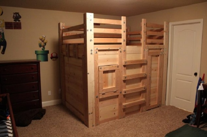 Красивое оформление детской спальной с оригинальной деревянной кроватью.