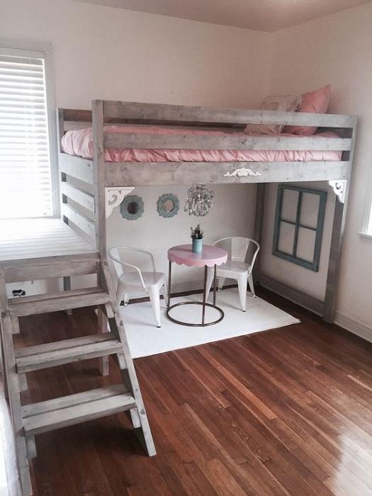 Нежная и комфортная спальня в детском оформлении с применением розовых оттенков.