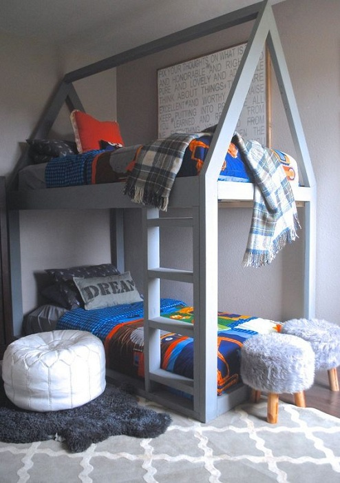 Оригинальное оформление кровати мини-домика для двоих детей, что точно создаст интересный и особенный интерьер.