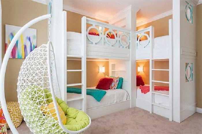 Шикарное оформление в светлой цветовой гамме детской комнаты для отдыха и сна.