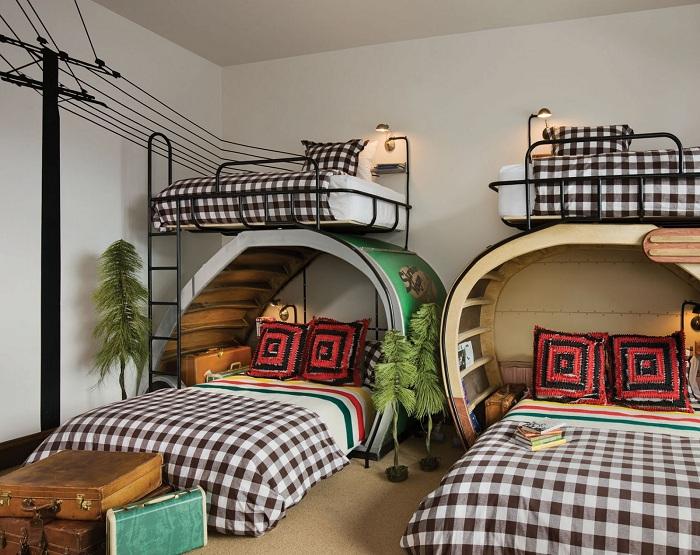 Детская спальня оформлена в черно-белой цветовой гамме что создает особенное настроение.