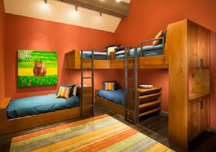 Красивый интерьер детской спальной в теплых тонах, что создаст максимально комфортную обстановку.