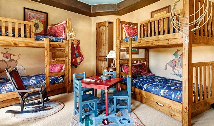 Такая детская комната позволит вместить четверых детишек, что будет максимально оптимально.