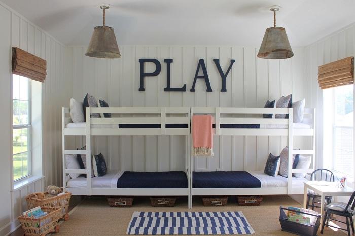 Хороший вариант декорирования комнаты для детей, в которой преобладает теплая и уютная обстановка.