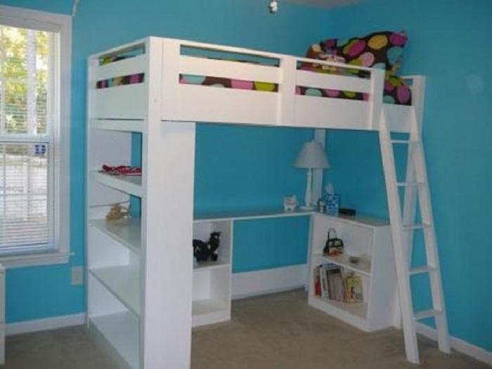 Шикарный вариант преобразить комнату при помощи создания удачной кровати на высоте.