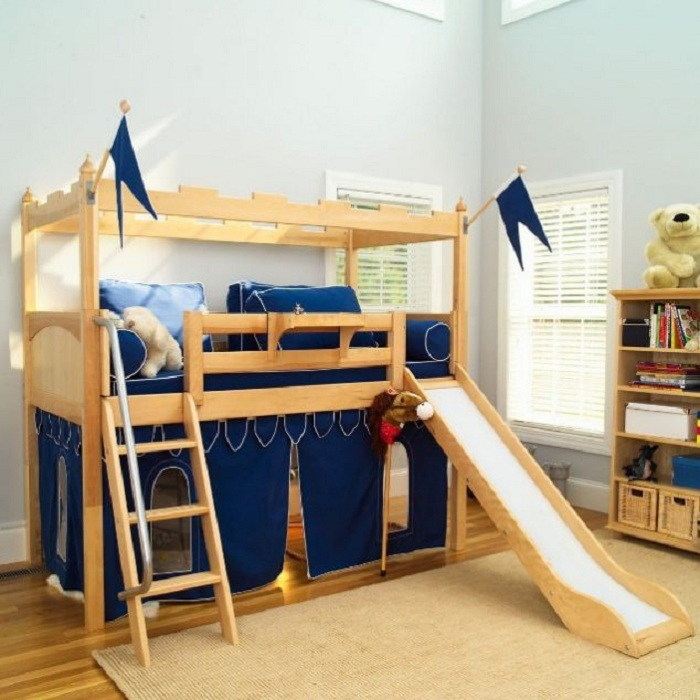 Оригинальное оформление сказочного замка в комнате обустроенной специально для детей.
