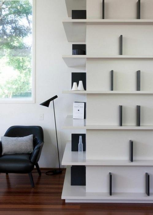 Угол комнаты очень просто и быстро преображен благодаря симпатичным полкам, что понравятся точно.