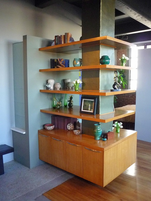Потрясающий интерьер гостиной стал таковым благодаря оригинальному угловому дизайнерскому шкафу.