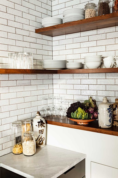 Оптимальное и крутое решение создать отличную обстановку на кухне благодаря угловым полкам.