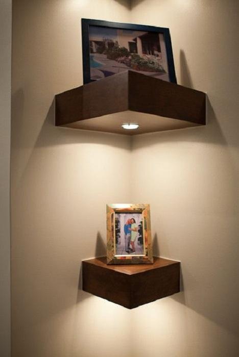 Симпатичное и очень красивое решение удачно обустроить комнату с необычными полками облагороженными подсветкой.