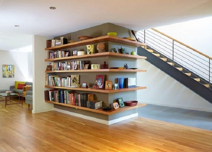 Симпатичное и практичное решение обустроить интерьер с помощью полок, что добавляют уюта такому интерьеру.