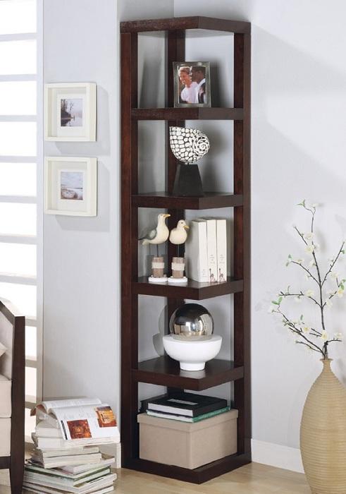 Интересное решение быстро украсить любую комнату, при помощи углового мини-шкафа.