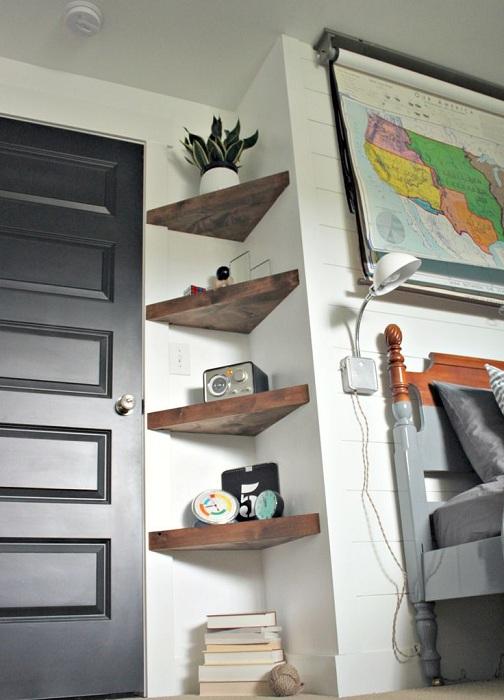 Симпатичное решение для обустройства интерьера с деревянными полочками.
