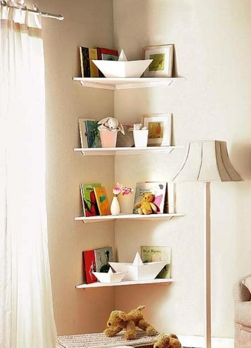 Декорирование мини-комнаты при помощи небольших светлых полок, что вдохновит и точно понравится.