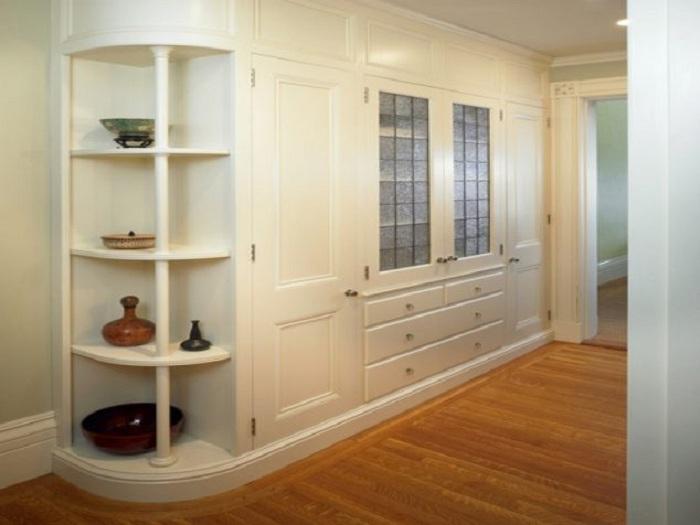 Оптимальный и весьма удачный интерьер создан благодаря потрясающему угловому шкафу.