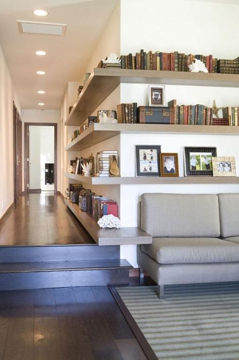 Отменное решение разместить на стене такие симпатичные полки, что создадут отличное настроение.