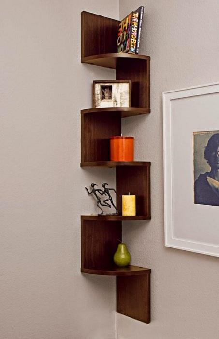Интерьер любой из комнат возможно обустроить быстро и очень стильно с помощью интересных полок.