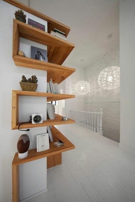 Симпатичный и яркий интерьер комнаты преображен с помощью угловых полок.