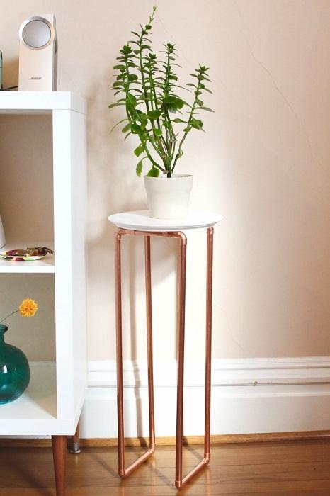 Вариант благоустроить комнату с помощью симпатичной металлической подставки.