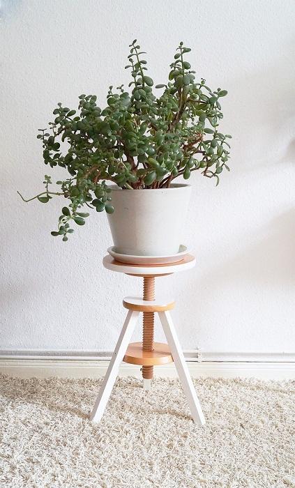 Мини-стул для комнатного цветка, что станет просто очаровательным решением для декора комнаты.