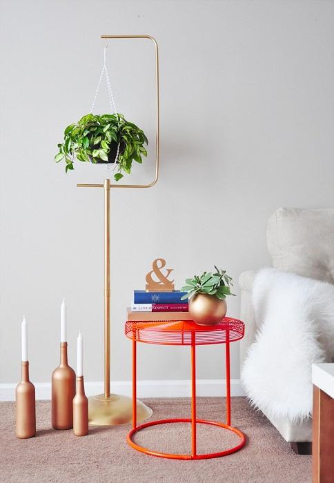 Отличное решение для декорирования комнат с помощью металлической подставки для цветов.