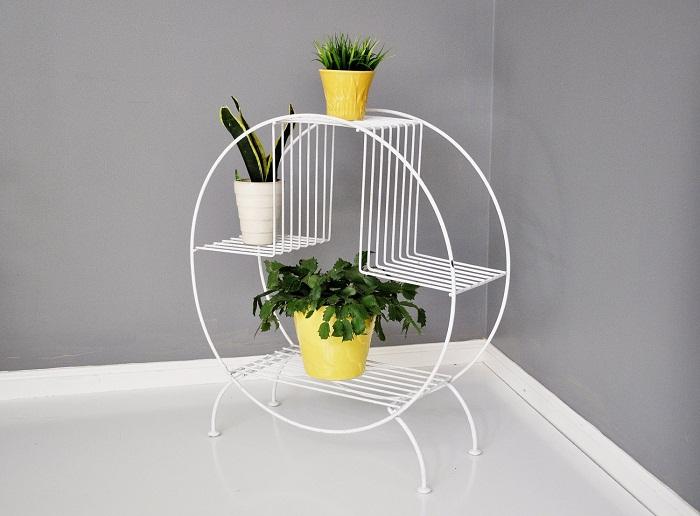 Крутое решение создать нестандартный интерьер с белой подставкой для цветов, что создаст дополнительный уют.