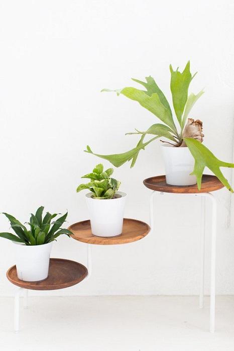 Симпатичное оформление интерьера комнаты возможно создать с помощью деревянных чаш.