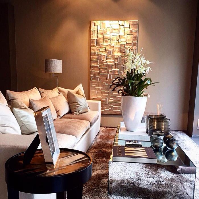 Прекрасный вариант декорирования комнаты с помощью оформления  стены в золотых оттенках.