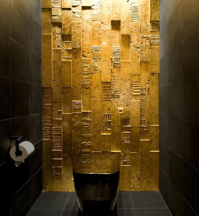 Відмінне оформлення кімнати в чорному кольорі і як варіант оформлення однієї стіни в золотом.