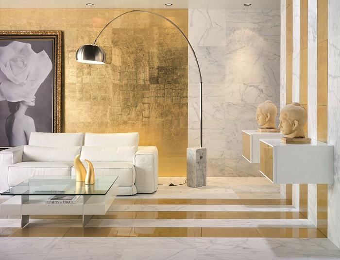 Необычный интерьер гостиной комнаты создан благодаря комбинированию белых тонов с золотыми.