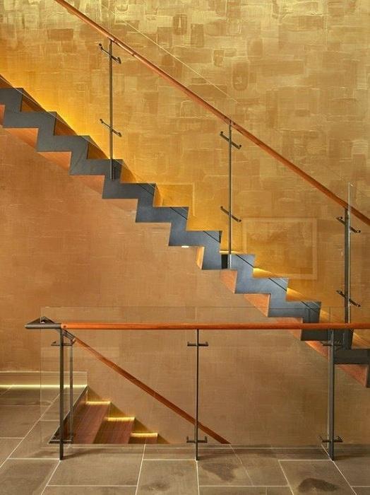 Прекрасный и очень крутой вариант декорирования стен в золотом цвете, что добавляет определенного шарма.