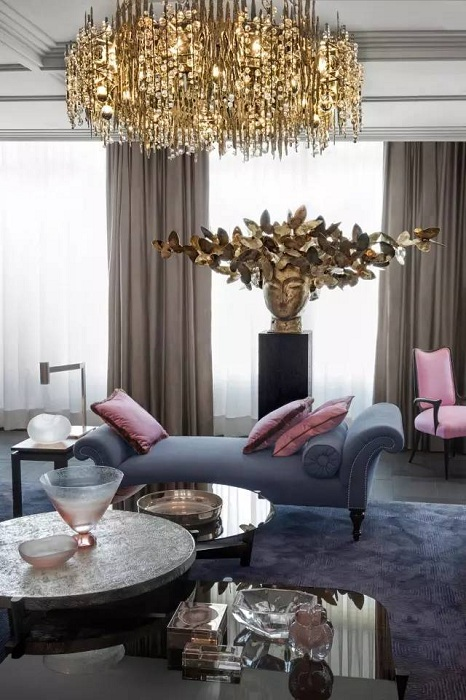 Оформление гостиной в пастельных тонах с добавлением золотых оттенков, что станет особенностью такой комнаты.