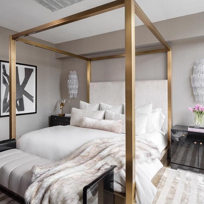 Спальня оформлена в светлых очень нежных тонах с необычным металлическим каркасом, который выглядит атмосферно.