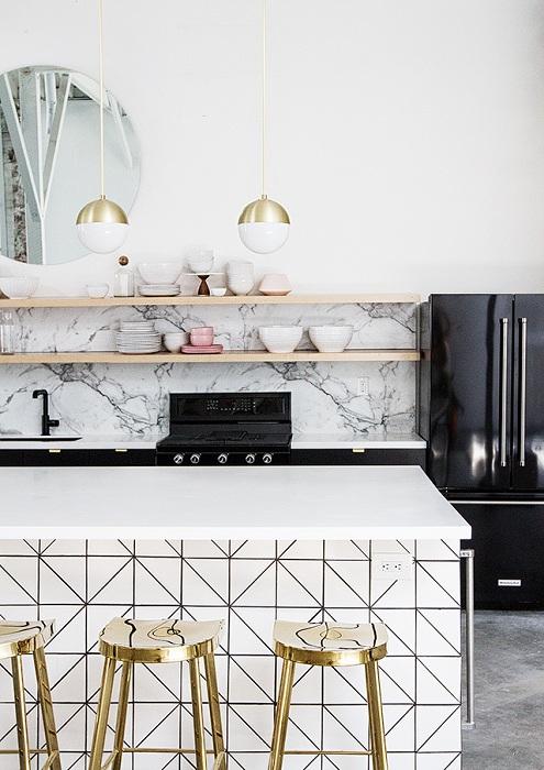 Прекрасный пример оформления кухни с помощью добавления нестандартных решений в интерьер.