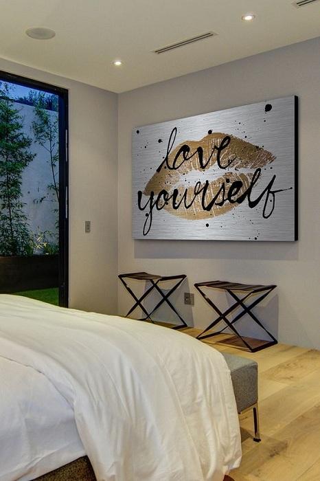 Просто крутой пример оформления спальной за счет размещения в ней крутой картины с золотым изображением.