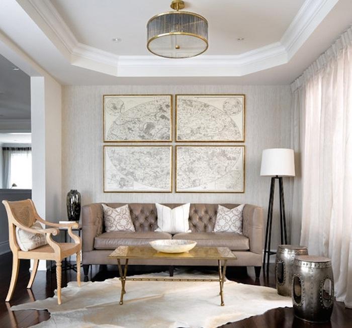 Симпатичні варіанти оформлення кімнати з можливістю обрамити картини та люстру золотою облямівкою.