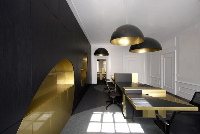Прекрасный пример создать интерьер в черных тонах с золотыми акцентами, что однозначно понравятся.